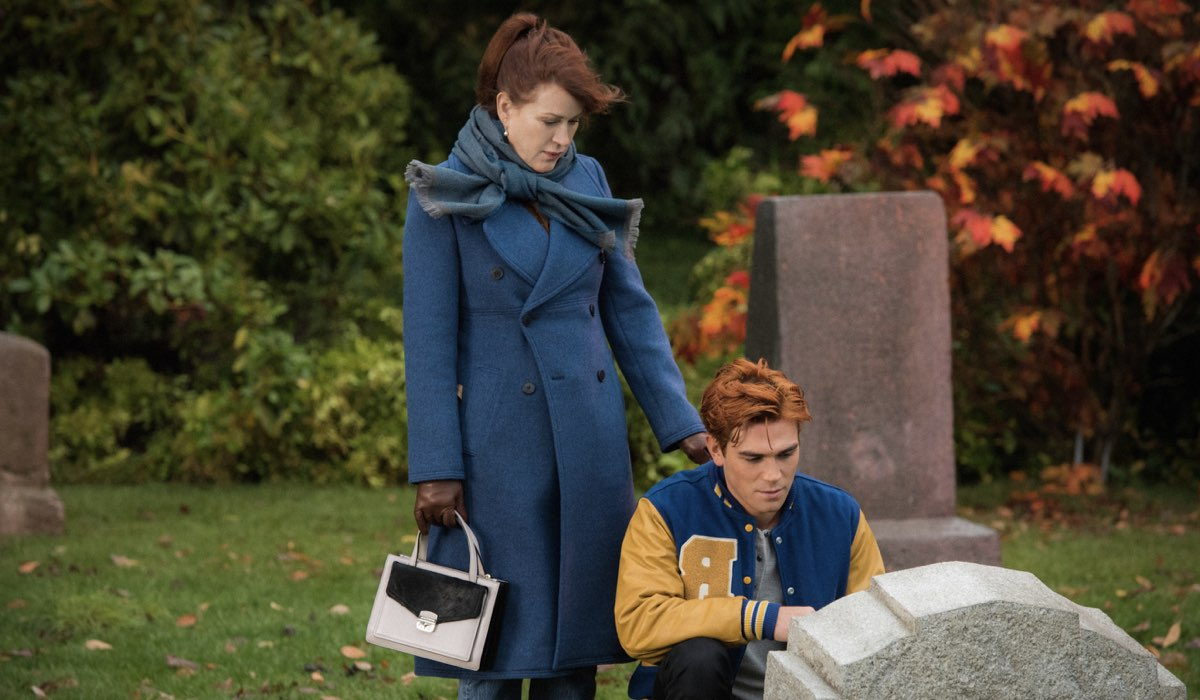 Riverdale 4 Archie Andrews e Mary Andrews interpretati da KJ Apa e Molly Ringwald davanti alla tomba Credits Infinity