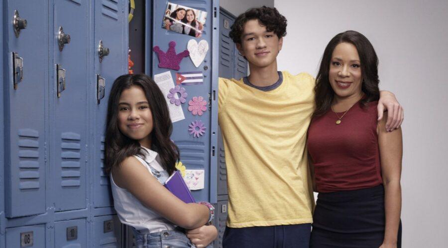 Tess Romero, Charlie Bushnell e Selenis Leyva nel cast di Elena Diventerò Presidente. Credits Disney Plus