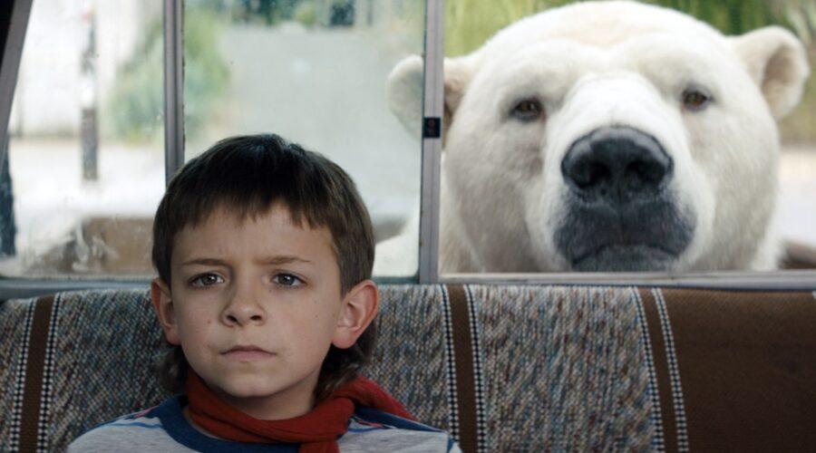 Winslow Fegley con l'orso Super in una scena di Timmy Frana. Credits Disney+
