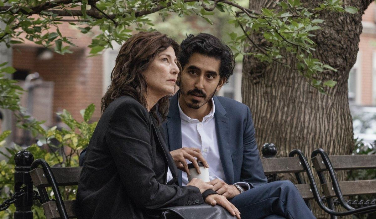 Catherine Keener (interpreta Julie) e Dev Patel (interpreta Joshua) In Modern Love Stagione 1. Credits: Amazon Prime Video