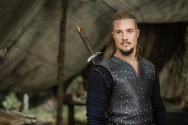 Alexander Dreymon nei panni di Uhtred in The Last Kingdom. Credits Joe Alblas per Netflix
