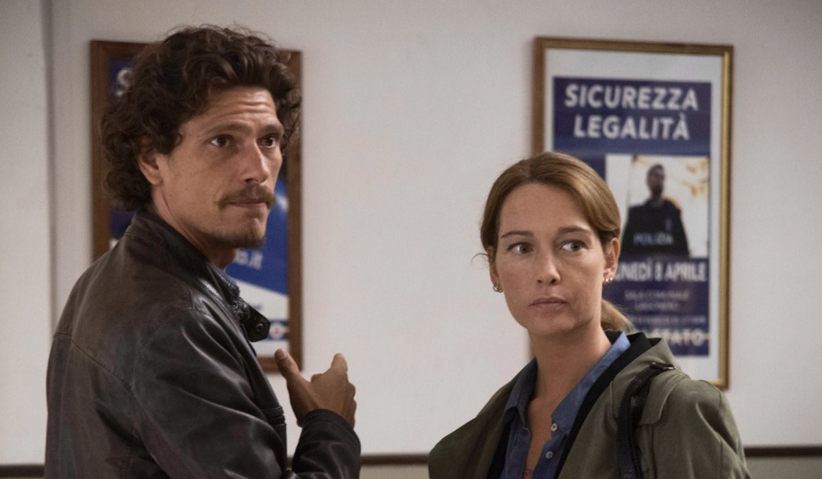 Bella da morire Marco Corvi e Eva Cantini interpretati rispettivamente da Matteo Martari e Cristiana Capotondi Credits Maria Marin e RAI