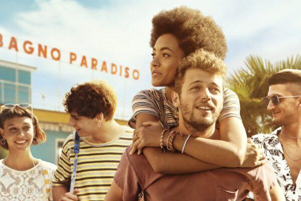 Da sinistra Amanda Campana, Giovanni Maini, Coco Rebecca Edogamhe, Ludovico Tersigni e Andrea Lattanzi nel poster di Summertime. Credits Netflix