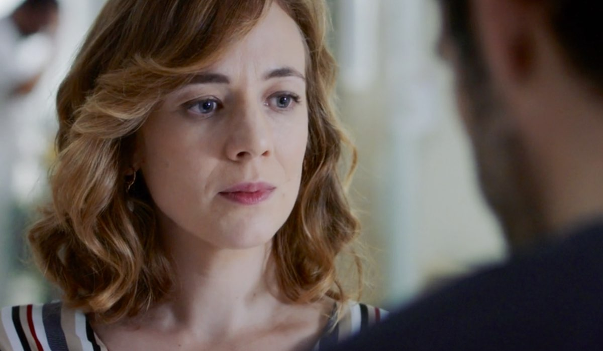 Doc - Nelle tue mani Agnese Tiberi interpretata da Sara Lazzaro mentre parla con Andrea Fanti interpretato da Luca Argentero nella puntata 7 Credits RAI
