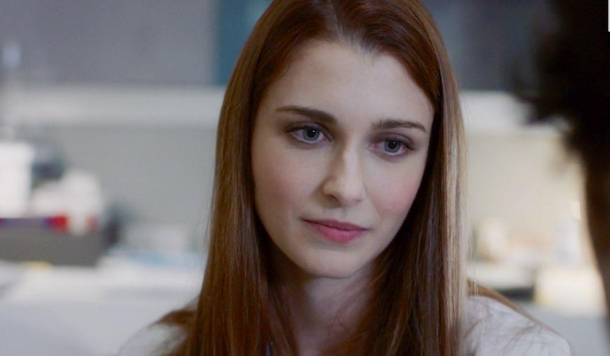 Doc - Nelle tue mani Alba interpretata da Silvia Mazzieri parla con Riccardo interpretato da Pierpaolo Spollon nel settimo episodio intitolato Like Credits RAI