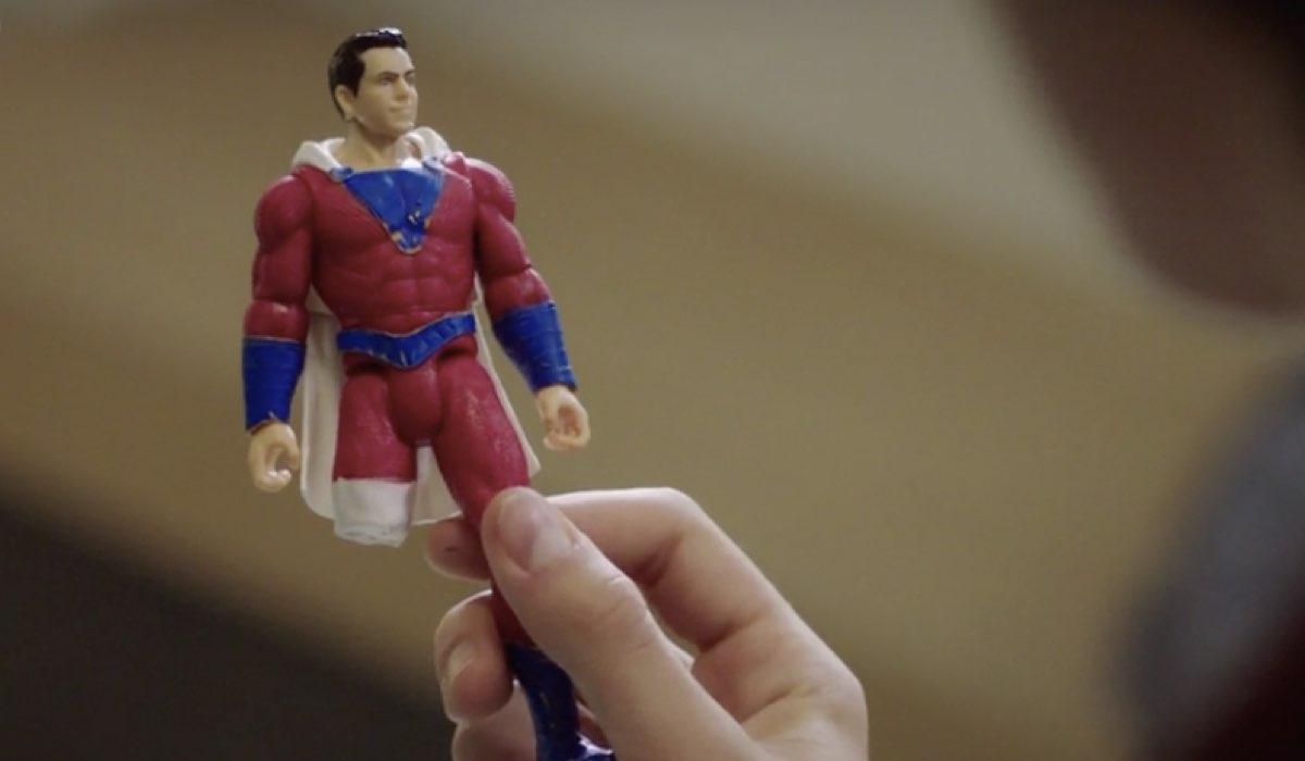Doc - Nelle tue mani Andrea regala a Rick (Riccardo) un modellino di Superman speciale nell episodio 6 Come eravamo Credits RAI