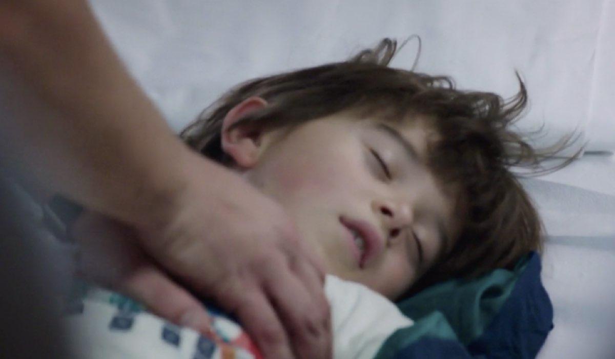 Doc - Nelle tue mani Mattia durante l'arresto cardiaco fatale nell episodio 6 Come eravamo Credits RAI