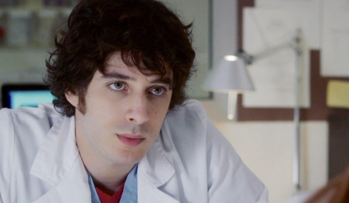Doc - Nelle tue mani Riccardo interpretato da Pierpaolo Spollon nel settimo episodio intitolato Like Credits RAI