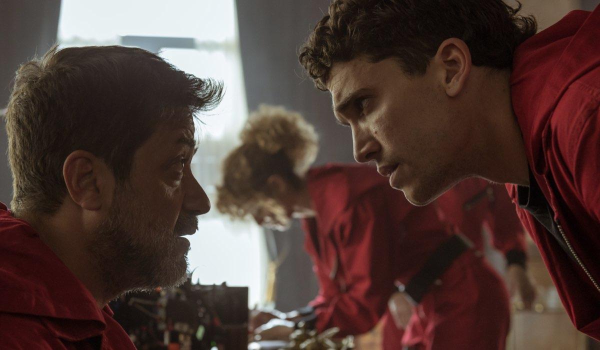 Enrique Arce nei panni di Arturo in una scena con Jaime Lorente interprete di Denver. Credits Netflix