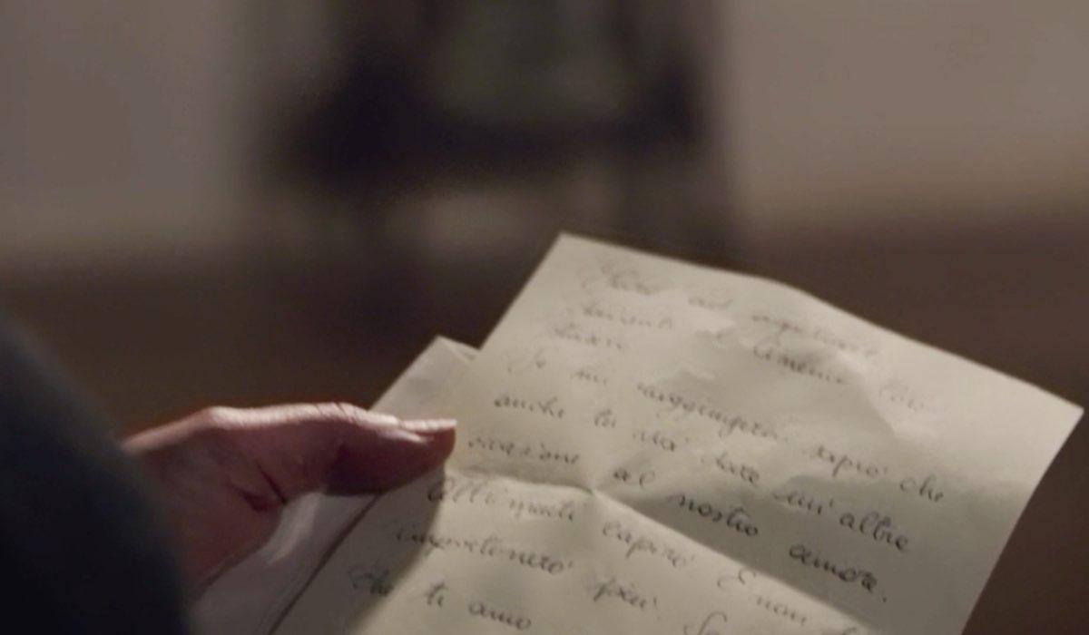 Il Paradiso delle Signore 4 Agnese Amato interpretata da Antonella Attili mentre rilegge la lettera di Salvatore, qui nella puntata 135 Credits RAI