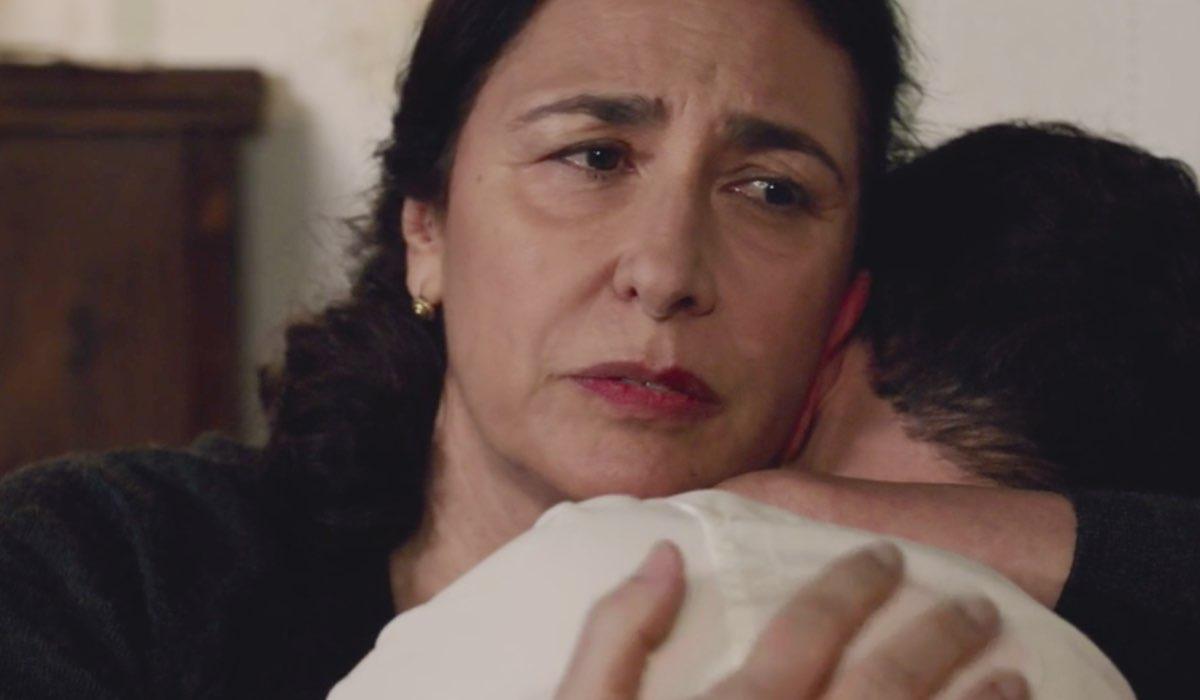 Il Paradiso delle Signore 4 Agnese abbraccia Salvatore Amato interpretati da Antonella Attili e Emanuel Caserio, qui nella puntata 135 Credits RAI