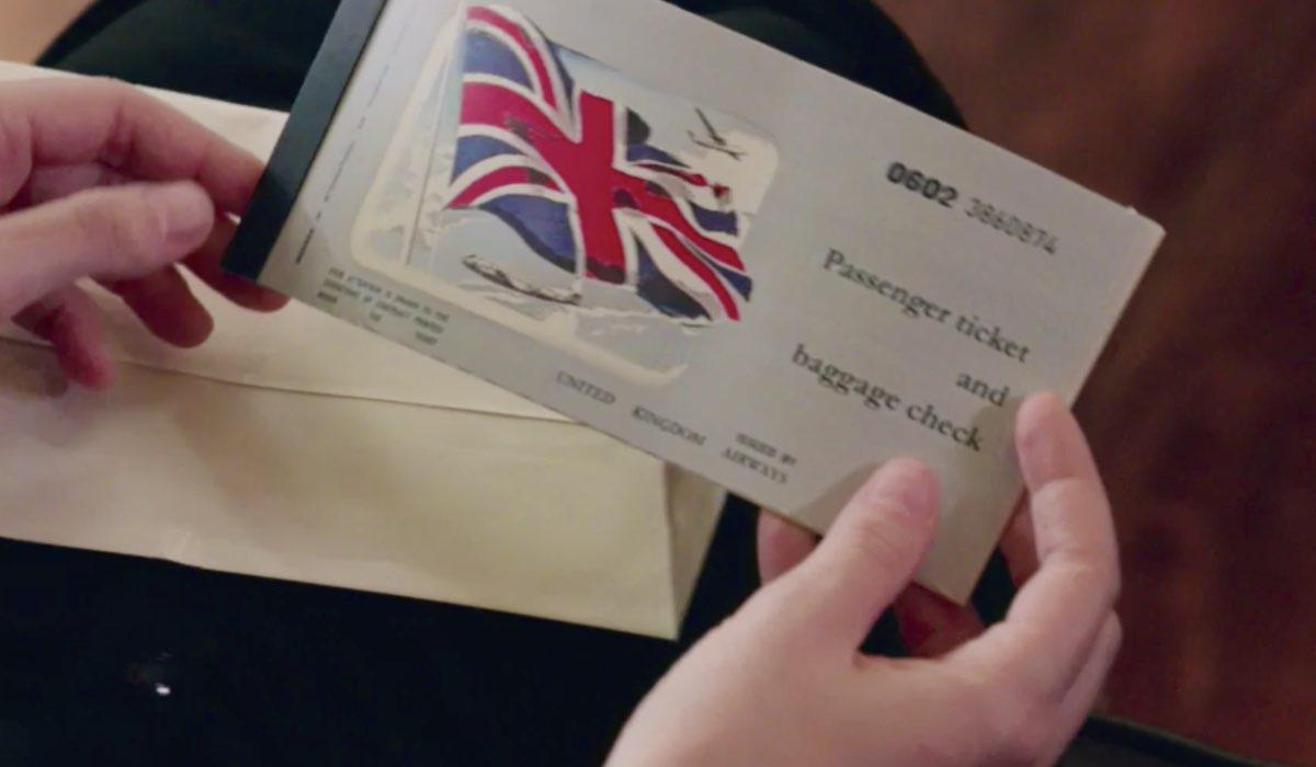 Il Paradiso delle Signore 4 Ludovica Brancia di Montalto interpretata da Giulia Arena con in mano i biglietti per Londra nella puntata 131 Credits RAI