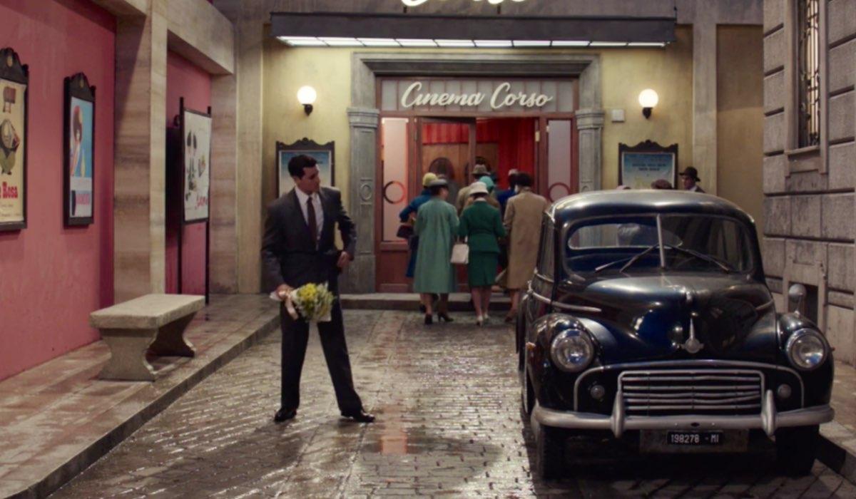 Il Paradiso delle Signore 4 Salvatore Amato mentre aspetta Gabriella davanti al cinema interpretato da Emanuel Caserio, qui nella puntata 135 Credits RAI