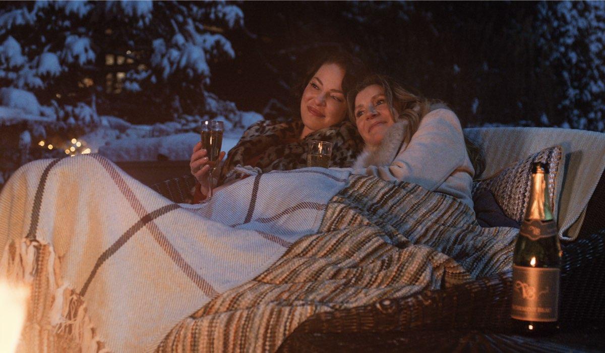 Katherine Heigl e Sarah Chalke in una scena di Vola Via. Credits: Netflix