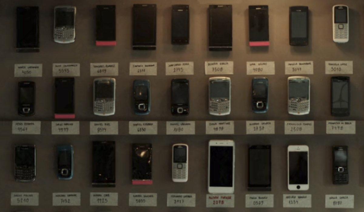 La Casa di Carta 1x01 cellulari ostaggi errori credits Netflix