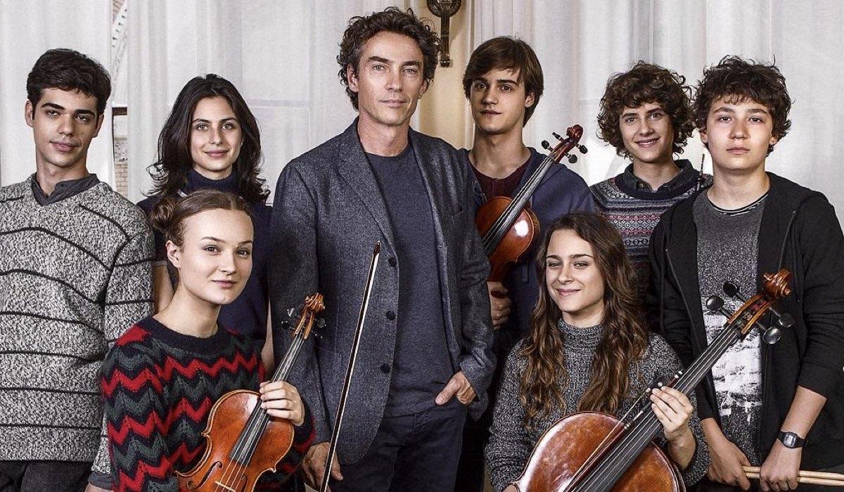La compagnia del cigno fiction con Alessio Boni, Anna Valle e gli attori che interpretano i ragazzi nell'orchestra Credits RAI