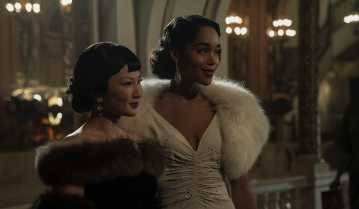 Michelle Krusiec (a sinistra) interpreta Anna May Wong e Laura Harrier veste i panni di Camille Washington in Hollywood. Credits Netflix