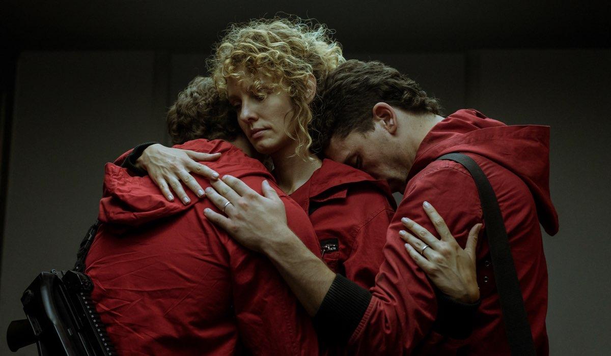 Miguel Herrán, Esther Acebo e Jaime Lorente sono Rio, Stoccolma e Denver in una scena. Credits Netflix