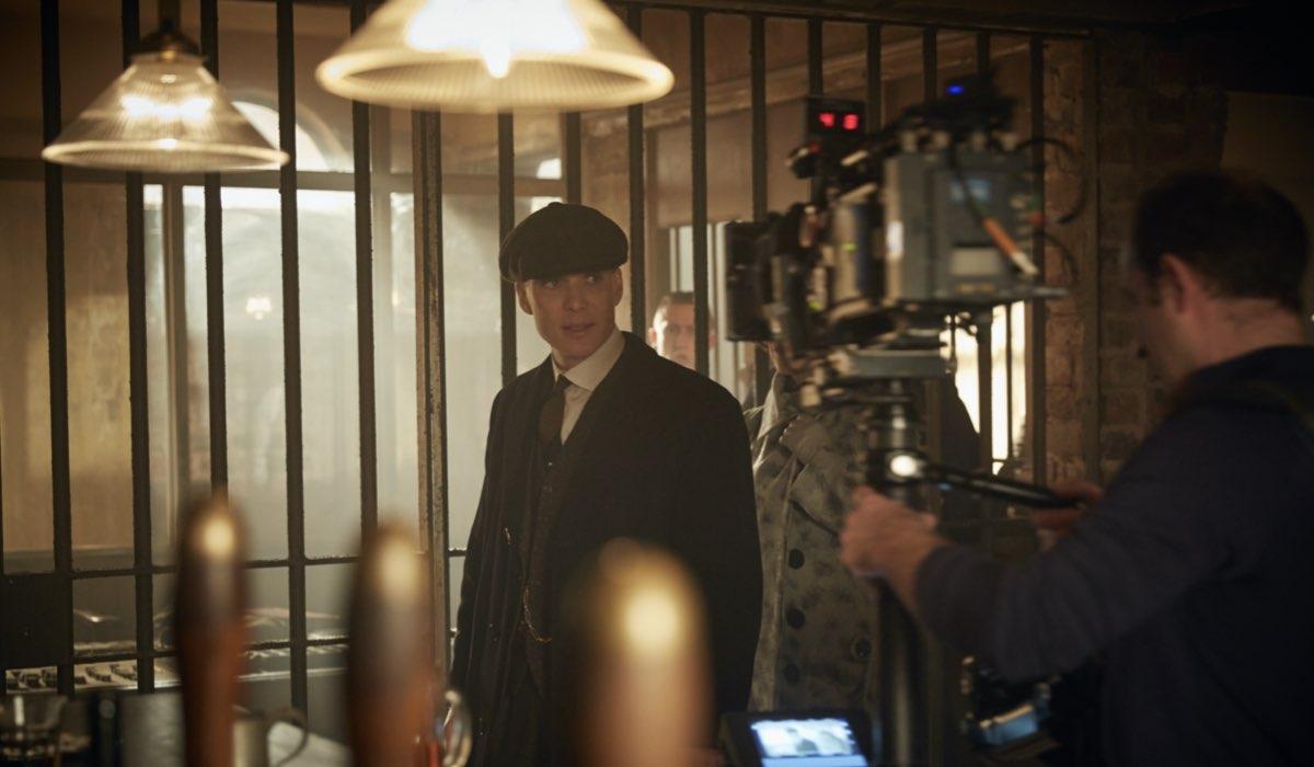 Cillian Murphy durante le riprese di Peaky Blinders. Credits: Robert Viglasky/Netflix.