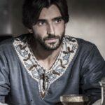 Aitor Luna è Arnau Estanyol nella terza puntata de La Cattedrale del mare, Credits Endemol e Mediaset