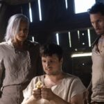 Eliza Coupe, Josh Hutcherson e Derek Wilson in Future Man 3. Credits Amazon Prime Video