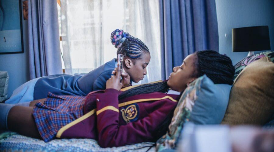 Khosi Ngema e Ama Qamata in Blood and Water. Credits Neo Baepi per Netflix