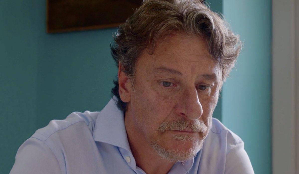 Liberi tutti Michele interpretato da Giorgio Tirabassi mentre parla con la figlia nel primo episodio Ma bevete anche l acqua piovana Credits RAI