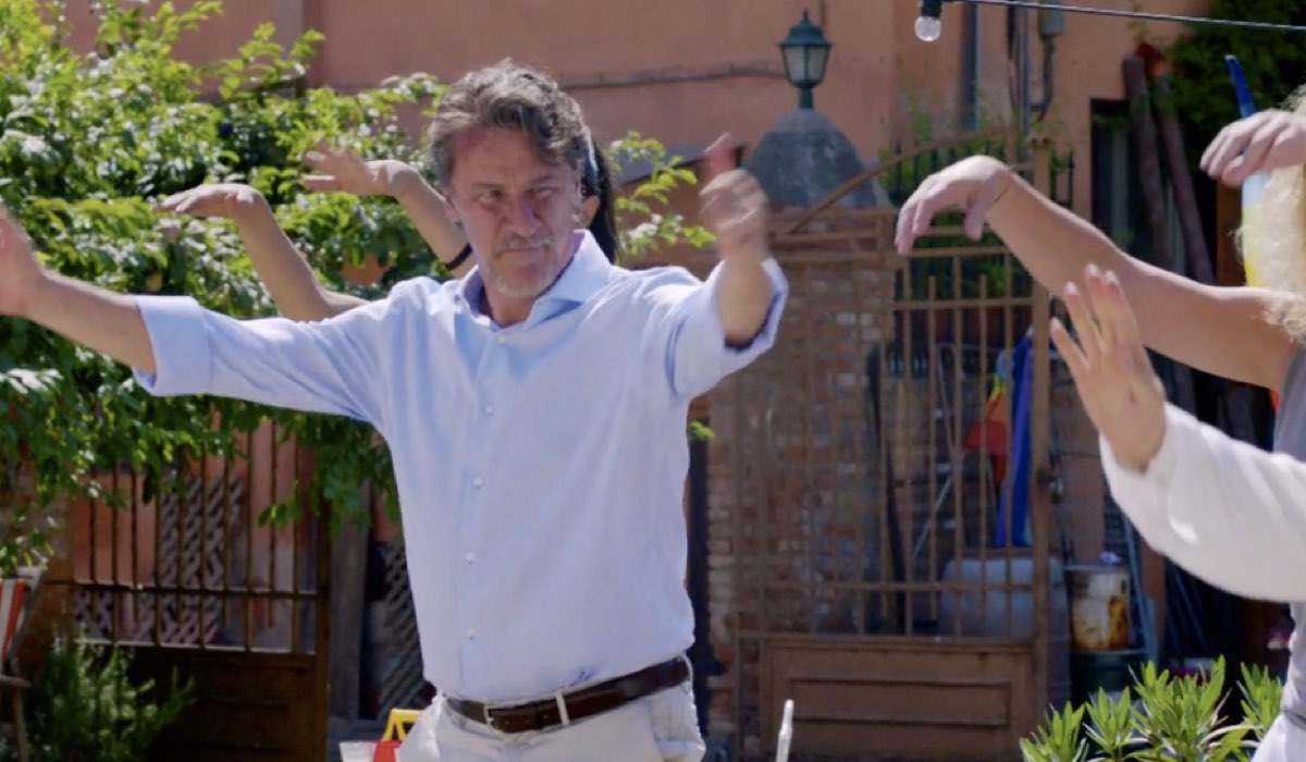 Liberi tutti Michele interpretato da Giorgio Tirabassi nel primo episodio Ma bevete anche l acqua piovana mentre cerca di ambientarsi Credits RAI