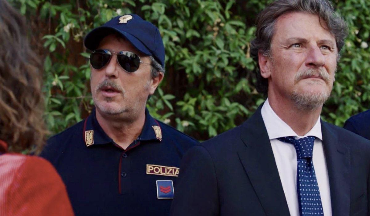 Liberi tutti Michele interpretato da Giorgio Tirabassi scruta Il Nido nel primo episodi Ma bevete anche l acqua piovana Credits RAI
