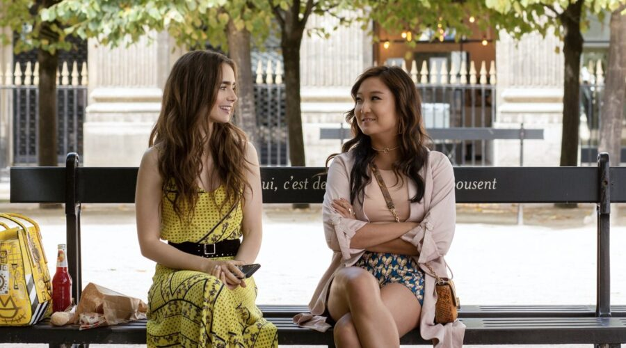 Lily Collins e Ashley Park in Emily In Paris. Credits Netflix