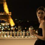 Lily Collins in una scena di Emily In Paris. Credits Netflix