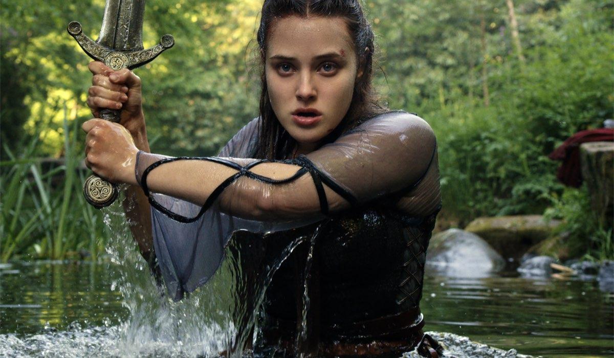 Nimue impugna Excalibur in una scena di Cursed. Credits Netflix