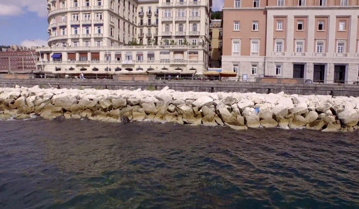 Non dirlo al mio capo ambientata a Napoli, qua una scena della prima puntata Credits RAI