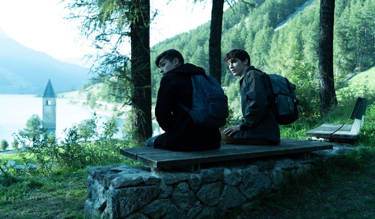 Federico Russo e Luca Castellano in una scena di Curon. Credits Netflix