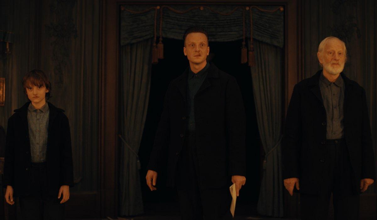 Da sinistra Claude Heinrich Jakob Diehl e Hans Diehl sono lo Sconosciuto nella terza stagione di Dark. Credits Netflix