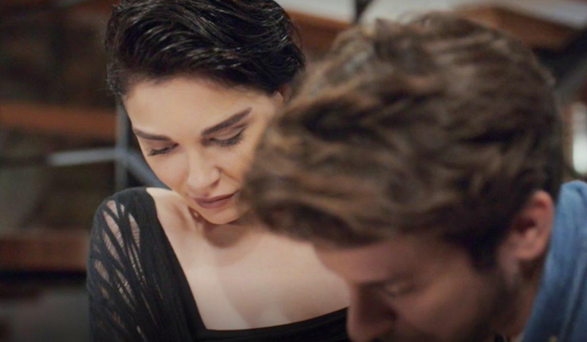Daydreamer Aylin e Emre mentre firmano il contratto nella puntata 4 Credits Mediaset