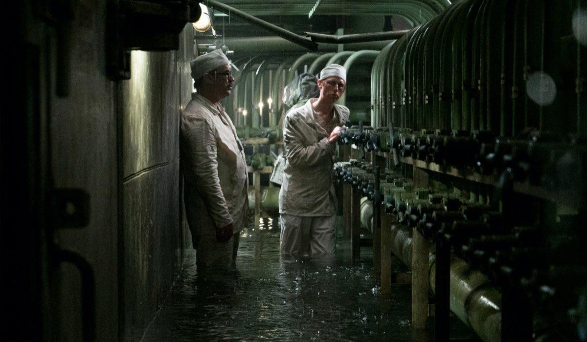 Gli ingegneri di Chernobyl cercano di porre rimedio all'esplosione in una scena della miniserie Credits Sky
