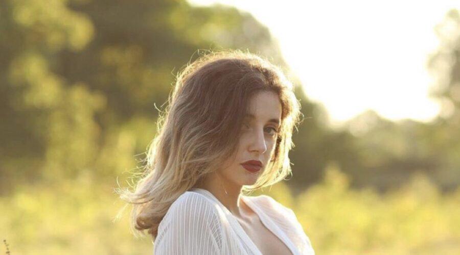 Greta Ragusa interpreta Silvia Mirabella in SKAM Italia 4, qui in un posato