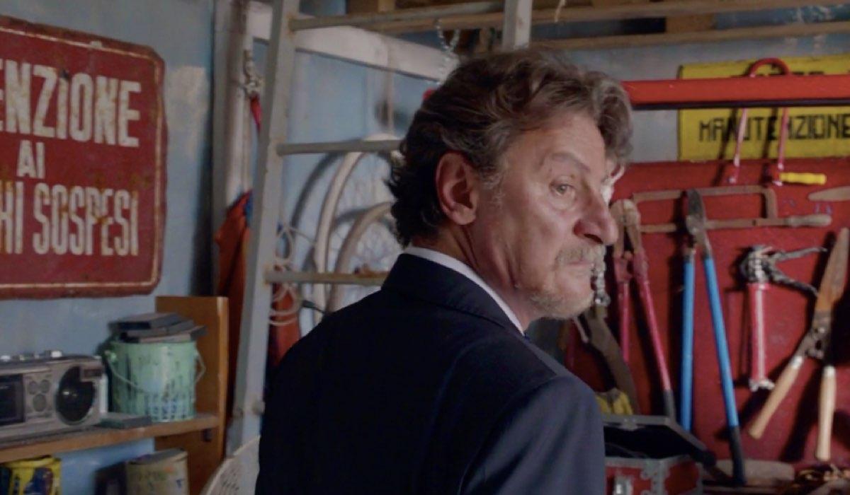 Liberi tutti Michele interpretato da Giorgio Tirabassi si guarda intorno al Nido nel primo episodio Ma bevete anche l acqua piovana Credits RAI