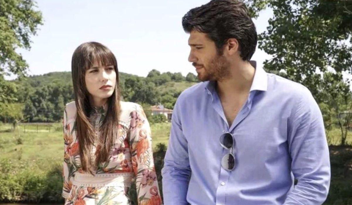 Özge Gürel e Can Yaman sono nel cast di Mr False, qui in una scena di Bitter Sweet Credits Star TV e Mediaset