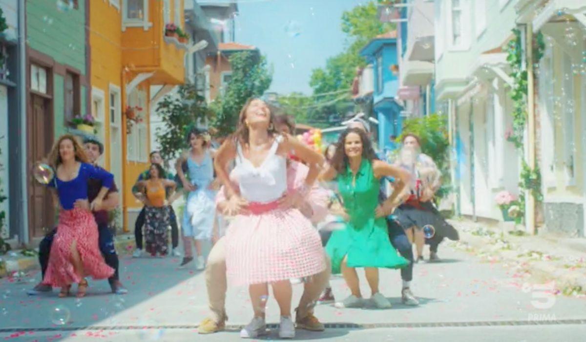Sanem incontra i suoi vicini nella sigla di Daydreamer Credits Mediaset