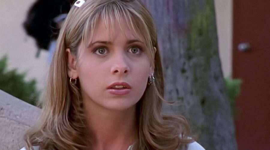 Sarah Michelle Gellar nei panni di Buffy Summers in Buffy 1x01 Credits The WB