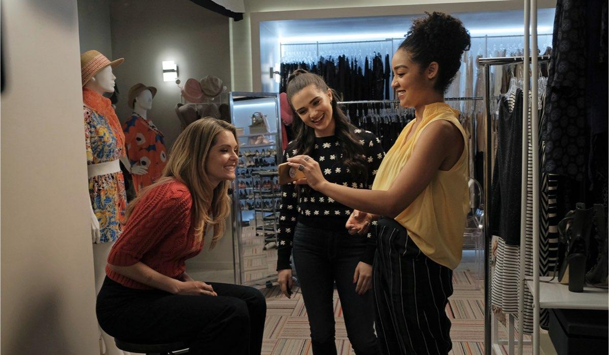 Da sinistra: Meghann Fahy, Katie Stevens e Aisha Dee in una scena di The Bold Type. Credits: Freeform via Mediaset.