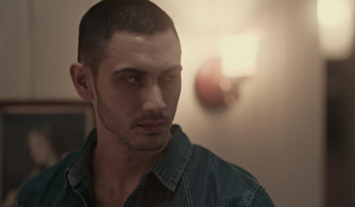 Alejandro Speitzer in una scena di Oscuro Desiderio. Credits Netflix