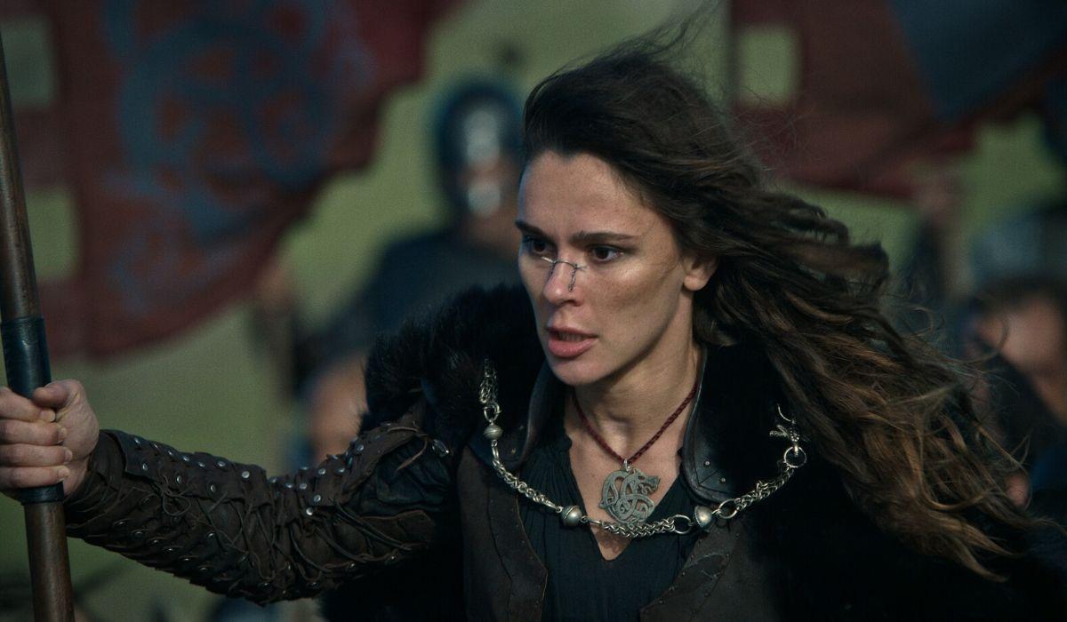 Bella Dayne è la Lancia Rossa in Cursed episodio 10 Credits Netflix