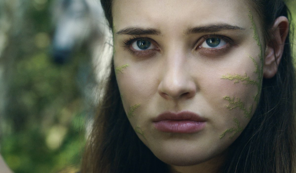 Katherine Langford interpreta Nimue, qui nell'episodio 8 Credits Courtesy of Netflix © 2020