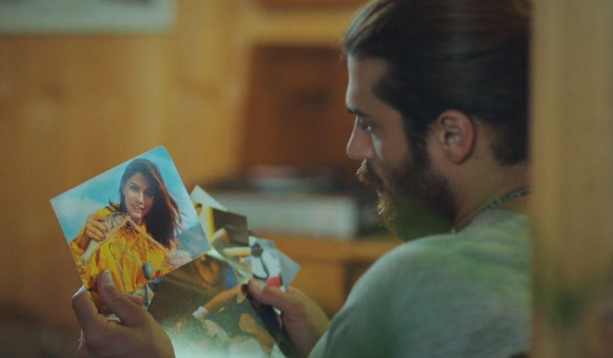 Can Divit mentre guarda le fotografie di Sanem nella puntata 25 di Daydreamer Credits Mediaset
