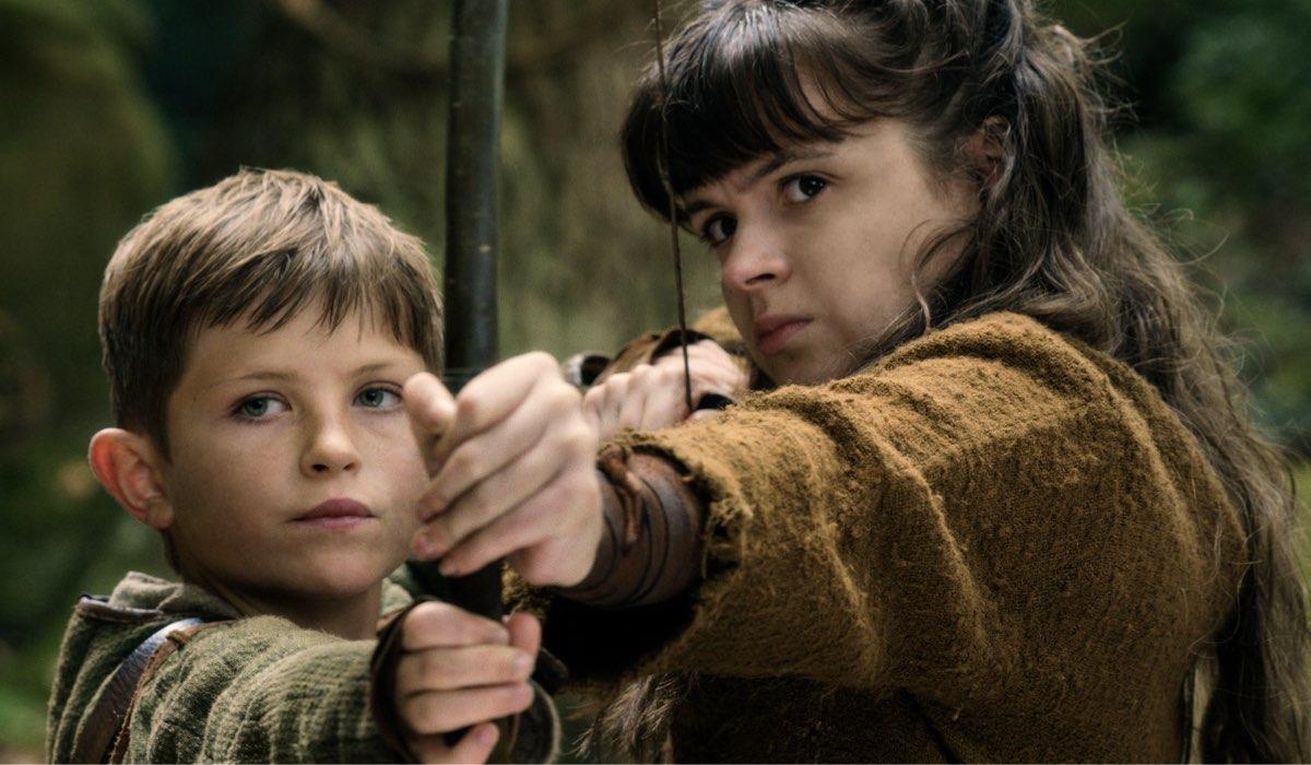 Da sinistra Billy Jenkins nei panni di Scoiattolo e Emily Coates in quelli di Iris nell'episodio 6 di Cursed Cr. Courtesy Of Netflix © 2020