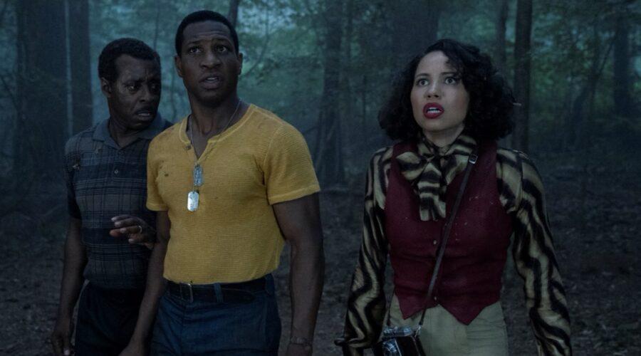 Da sinistra: Courtney B. Vance (zio George), Jurnee Smollett (Leti) e Jonathan Majors (Tic) in una scena di Lovecraft Country. Credits: HBO via Sky Italia.