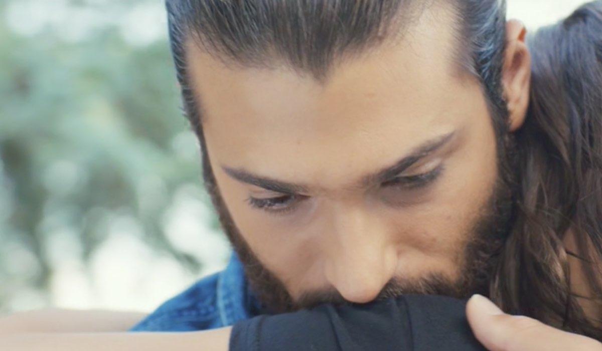 Daydreamer Can Yaman e Demet Özdemir interpretano Can e Sanem, qui nella puntata 34 poco dopo che lui si è dichiarato Credits Mediaset
